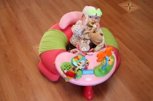 plagiocéphalie kid avec casque et table jeu